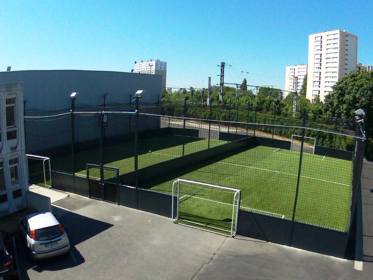 Foot In Five Epinay sur Seine 93 - 2 soccer 30 x 20 avec filet toit - eclairage - couche de souplesse et gazon synthetique