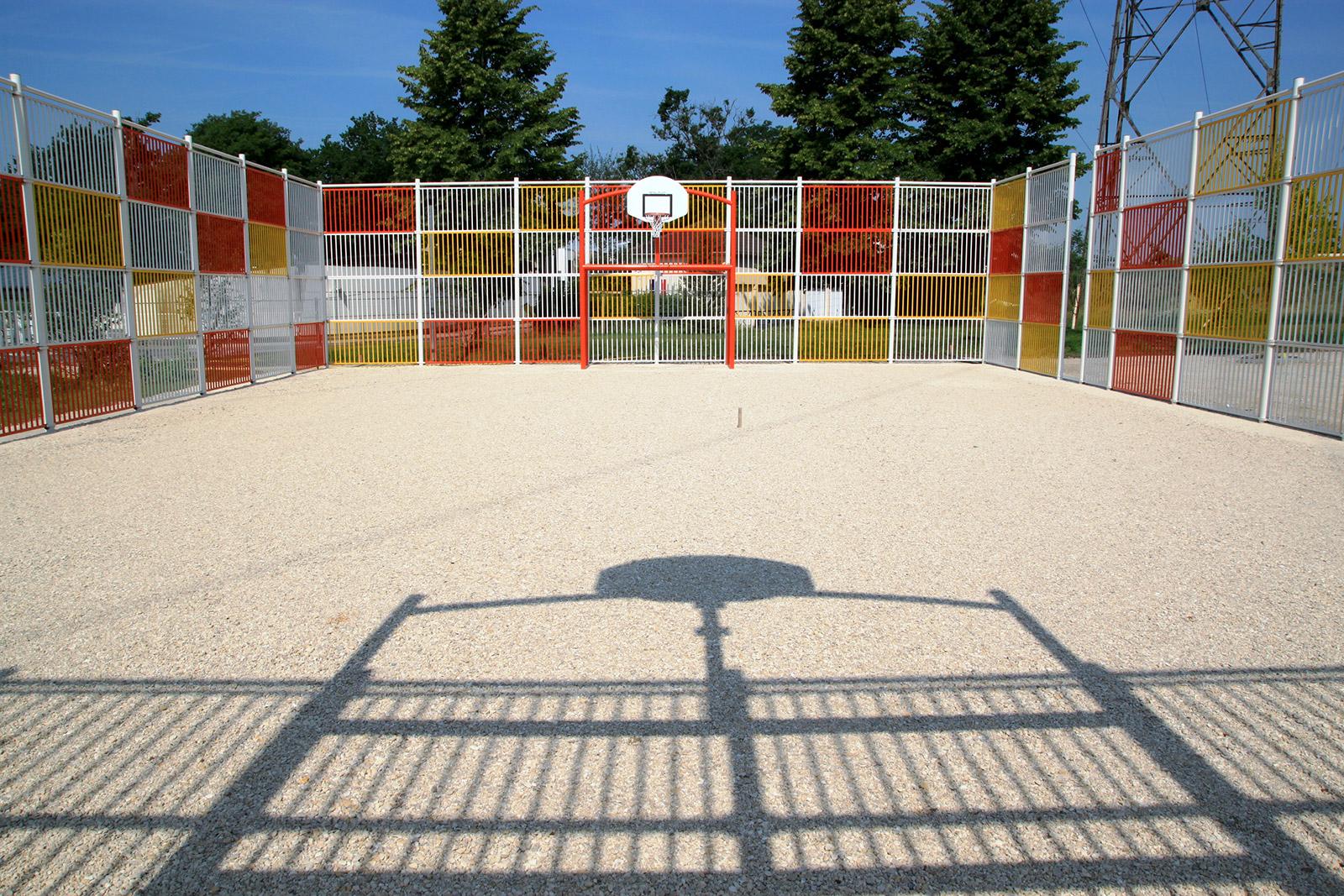 La-Verriere-78---Realisation-de-2-terrains-multisports-barreaude-sur-4-m-de-haut--