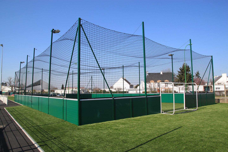 Ozoir la Ferriere 77 - Soccer 25x15 avec filet toit et eclairage - gazon synthetique sur grave drainante