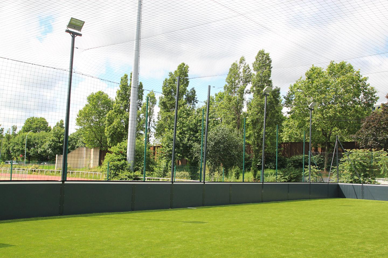 Paris 18eme - Soccer foot a 5 - 40 x 20 - sur plateau existant ave gazon synthetique - filet toit et eclairage