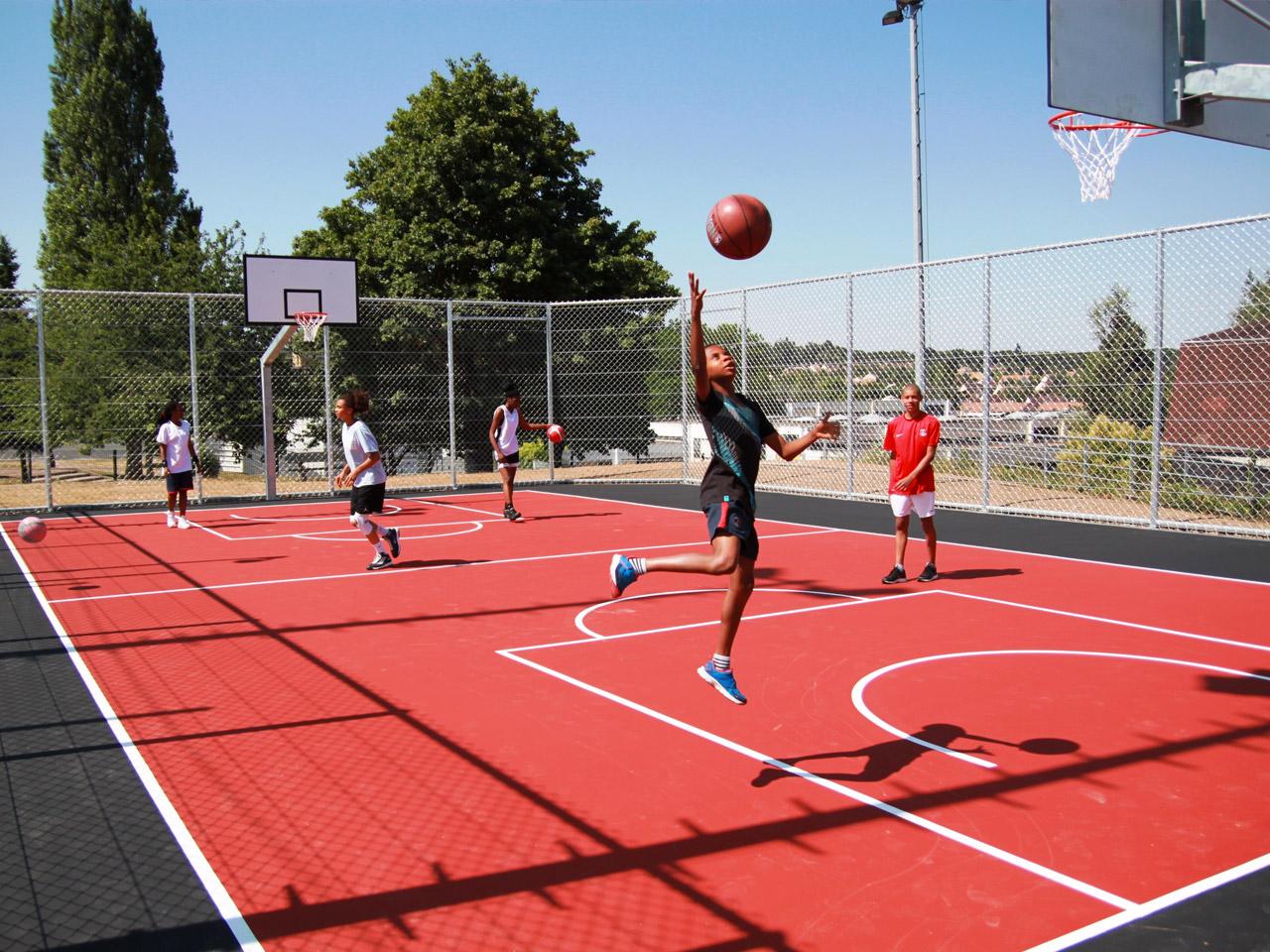 Saint Germain en Laye 78 - Terrain Playground Basket - avec resine sur enrobe - structure multisport New York entierement galvanisee