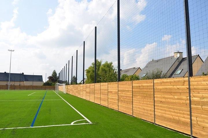 Tinteniac 35 - Mur bois occultant avec pare ballons hauteur 8 m